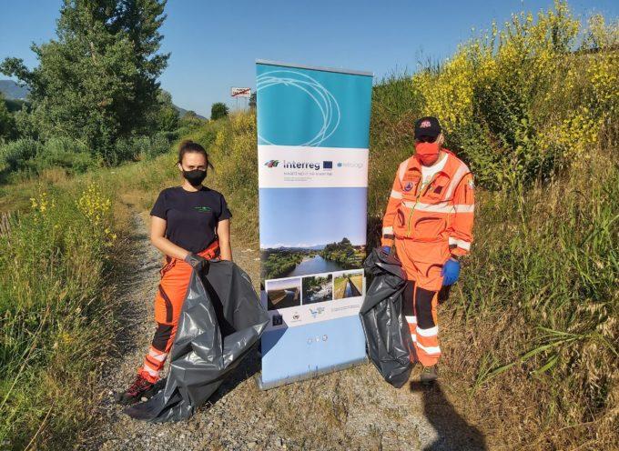 Tanti volontari a raccogliere i rifiuti lungo i corsi d'acqua, per evitare che i rifiuti finiscano sulle spiagge e in mare