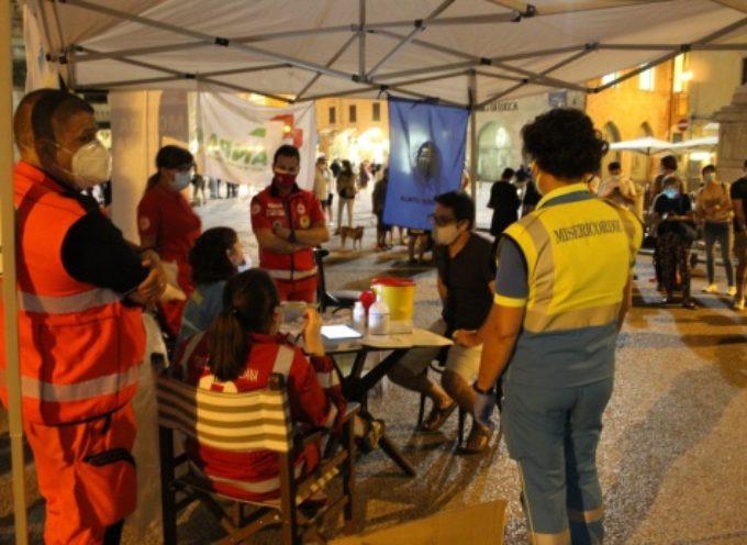 """Covid-19: tanti giovani in fila per test sierologici, """"Movida Si…cura"""" ancora in Piazza Duomo"""