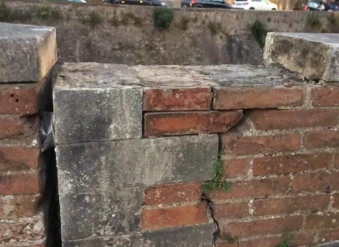 Seravezza – Gravissimo atto vandalico ai danni di uno dei monumenti emblema della Città Medicea: il Puntone