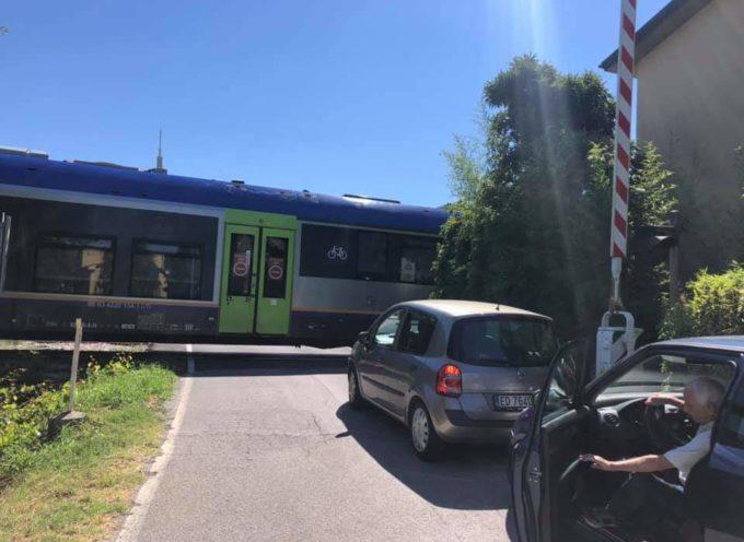 Passaggio a livello aperto mentre arriva il treno…