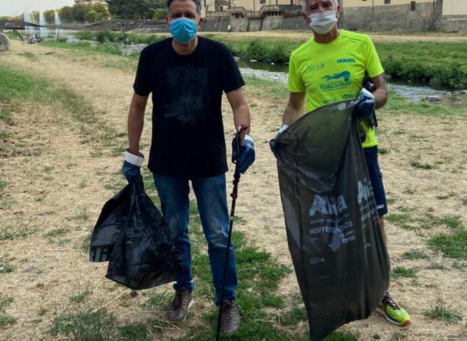 Sindaco, due assessori e volontari puliscono l'alveo del fiume Pescia