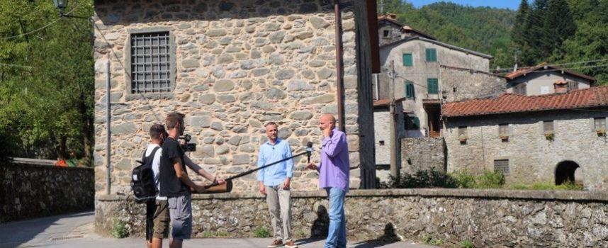 Telecamere di TV8 SKY a Fabbriche di Vergemoli per le case ad 1 euro
