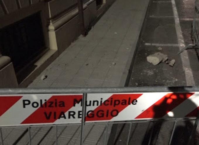 Paura in via Paolina a Viareggio: cade un pezzo di cornicione del liceo classico
