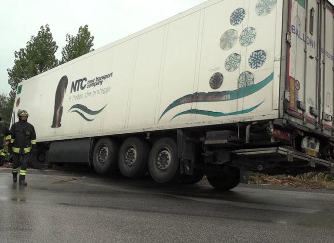 Camion finisce fuori strada alla Bufalina: conducente illeso