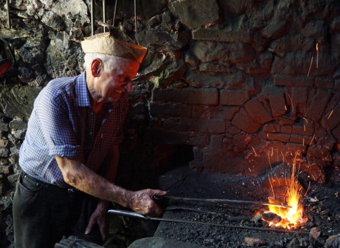 PESCAGLIA – Carlo, l'ultimo fabbro che distende il ferro con la forza dell'acqua