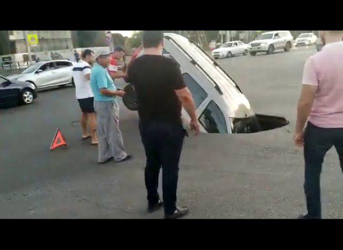 Russia, si apre voragine auto inghiottita. Il video è virale