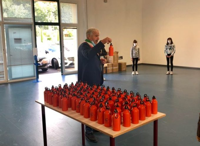 Arancioni, blu o grigio metallizzate: sono le borracce plastic free che stiamo consegnando agli studenti e al personale scolastico di Coreglia,