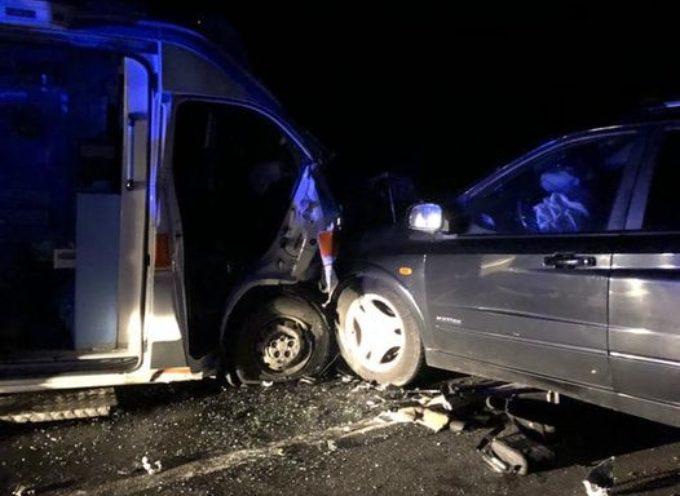 incidente frontale tra ambulanza ed auto.