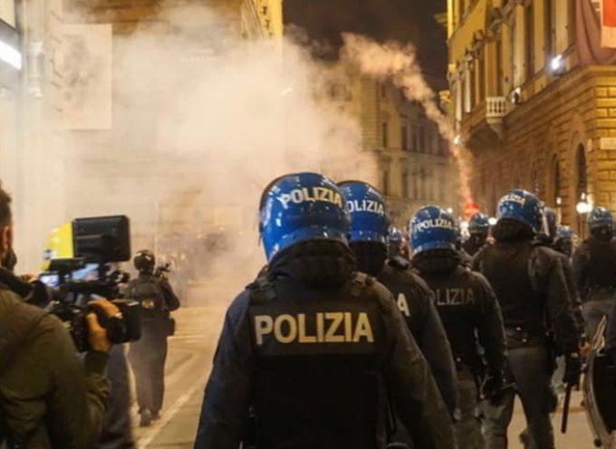 Una manifestazione non autorizzata convocata nel cuore di Firenze è finita con lacrimogeni, cariche, e bombe molotov.