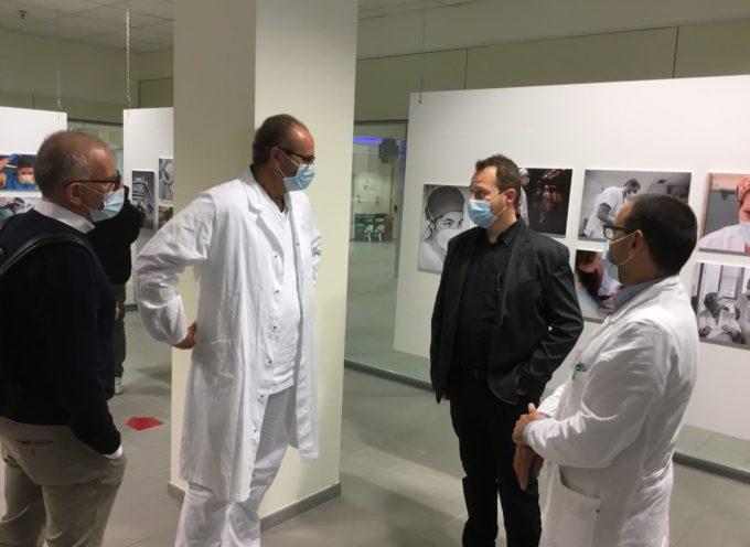 """Ospedale """"San Luca"""": inaugurata la mostra fotografica di Alessandro Conti con le immagini sull'assistenza ai pazienti Covid"""