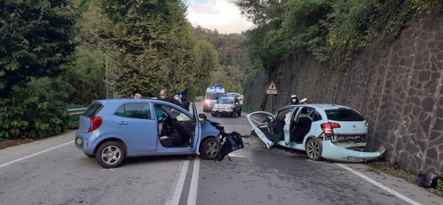 Scontro tra auto: quattro feriti