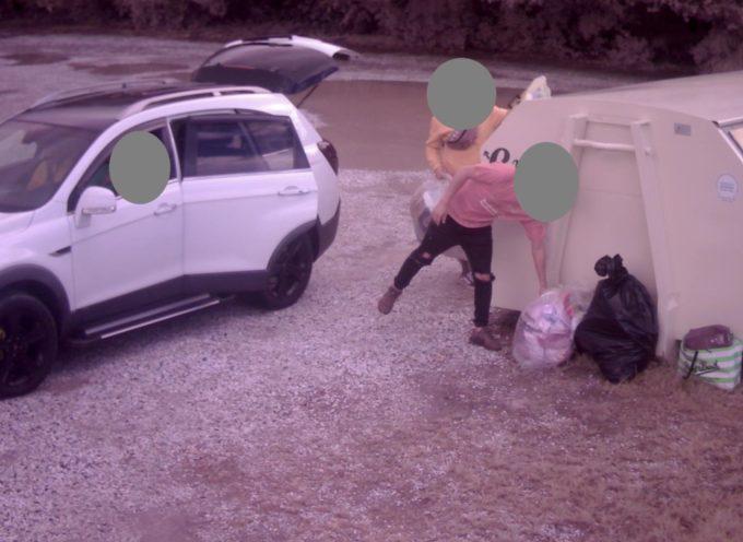 Abbandonano rifiuti in strada: fotografati e multati
