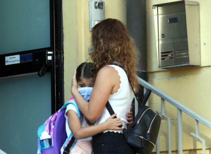 Accompagna il figlio alla scuola materna senza mascherina e si rifiuta di indossarla: multata dai carabinieri.