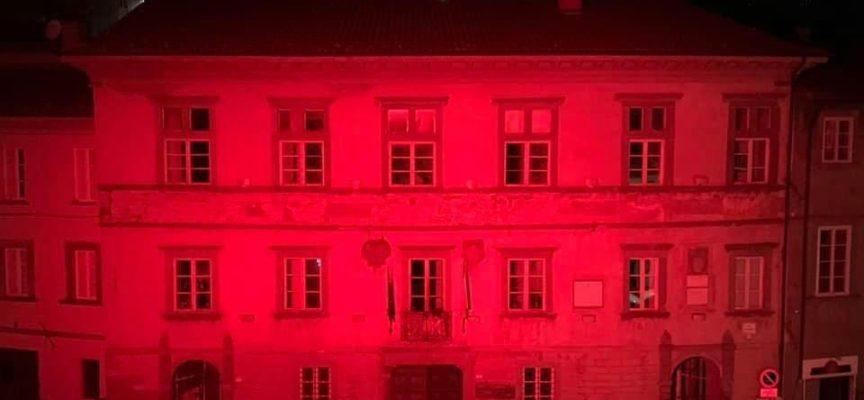 CASTIGLIONE DI GARFAGNANA – Il Palazzo Comunale si illumina di Rosso, simbolo di passione e di dolore,