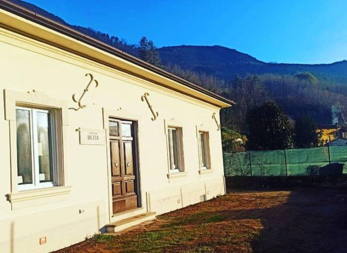 Uno sguardo su Dezza, con la facciata della ex scuola elementare completamente riqualificata.