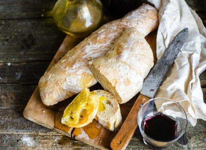 All'ospite si offre vino, e pane e vino un tempo erano di grande consolazione per le fatiche del contadino.