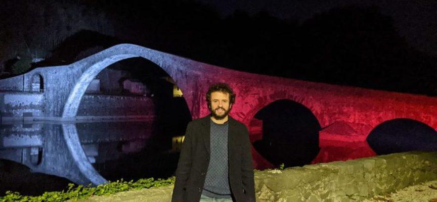 Il Ponte del Diavolo bianco e rosso per la festa della Toscana.