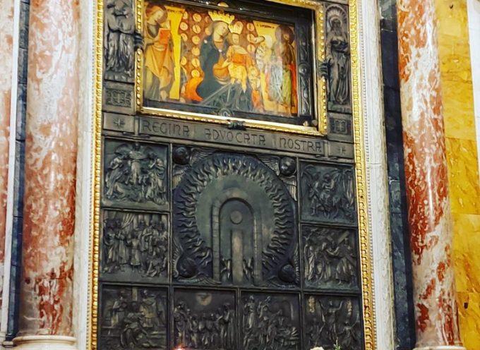 la Madonna del Sole abbraccia i fedeli,