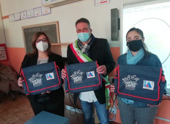 Pescia, arrivano le borse ridotte per i bambini che fanno in via sperimentale il Senza Zaino nelle scuole di Valchiusa e Alberghi .