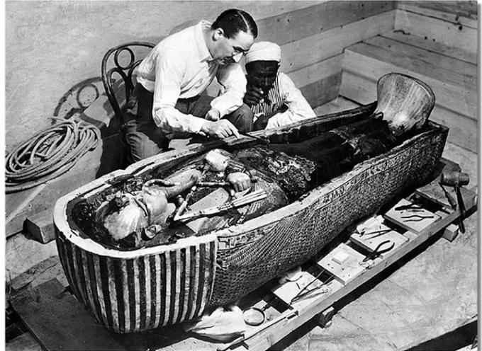 la tomba di Tutankhamon vede la luce dopo tremila anni.