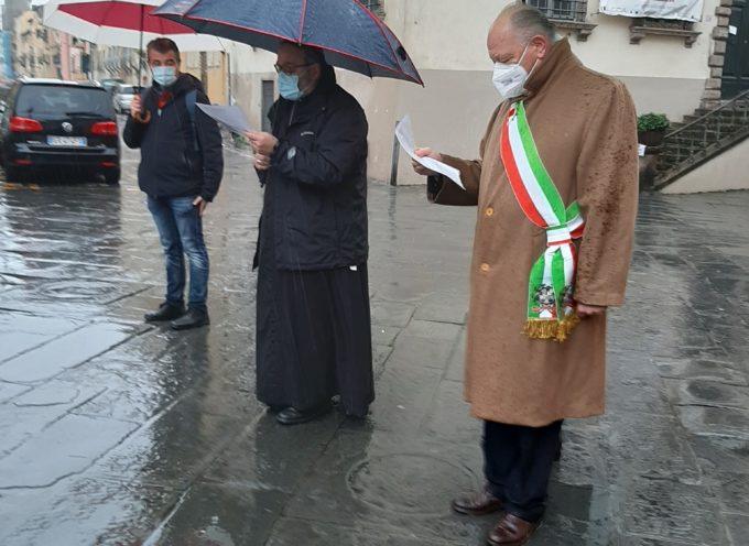l'omaggio di mons Paolo Giulietti e del sindaco di Lucca Alessandro Tambellini alla Madonna dello Stellario .