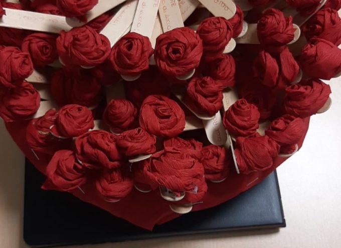 Rose rosse ai familiari in attesa al Pronto Soccorso di Luccadonate dagli operatori in collaborazione con le ragazze del servizio civile
