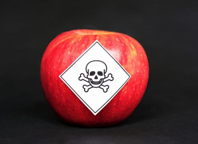 Dall'uva alle mele, la LISTA della frutta con più pesticidi venduta in Italia