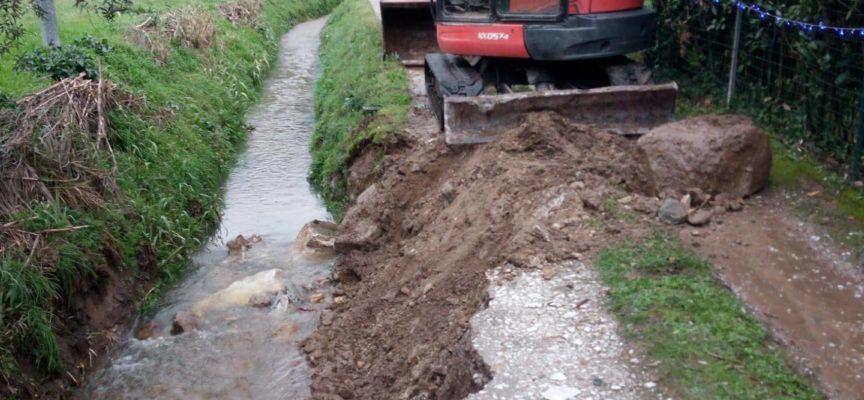 Seravezza – Intervento d'urgenza per riparare la frana di un tratto di circa sette metri di sponda del torrente Bonazzera,