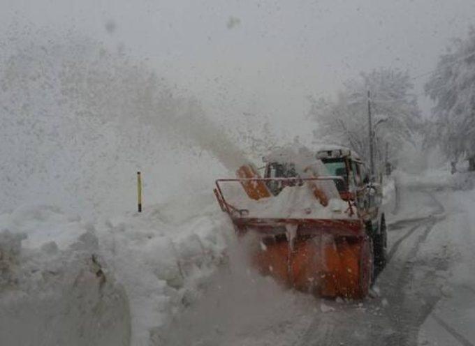 Maltempo: stalle e aziende sepolte sotto la neve in Garfagnana e Media Valle del Serchio, trattori in azione per liberare strade e spargere sale