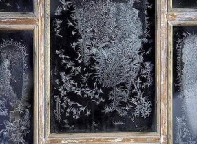 Cristalli di ghiaccio alla finestra.