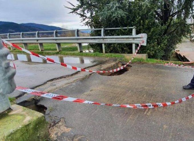 Il ponte sul Rogio, in località La Baracca in Padule sul confine con Capannori, questa mattina è stato chiuso
