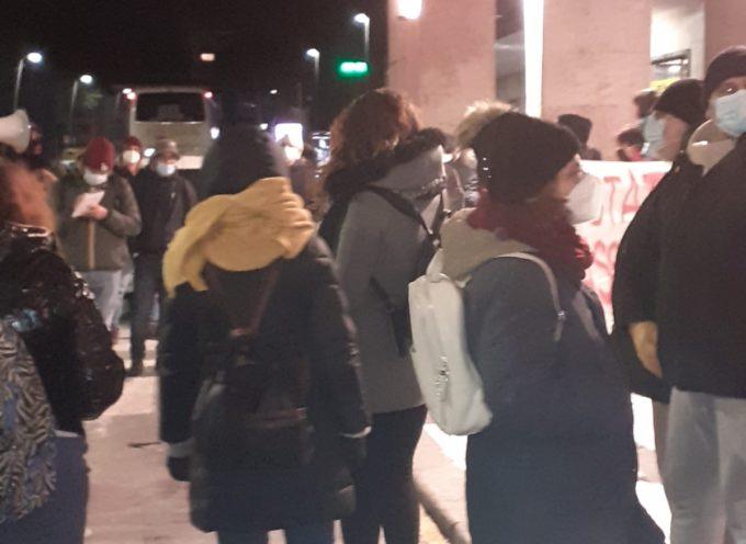Viareggio – Stasera molti cittadini si sono recati alla stazione in segno di protesta contro la sentenza, emessa oggi dalla Cassazione, sulla Strage di Viareggio