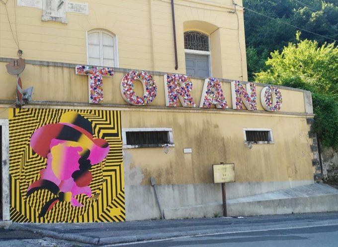 Carrara (Ms) – Il Covid è bandito da Torano (Ms), manifesto simbolo è messaggio di resilienza