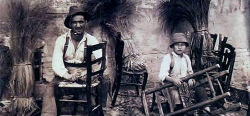 Antichi mestieri: gli impagliatori di sedie.
