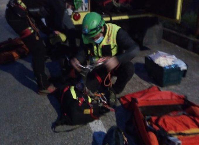 Si sta concludendo l'intervento a Greppolungo (Camaiore-LU) per soccorrere una persona che è caduta