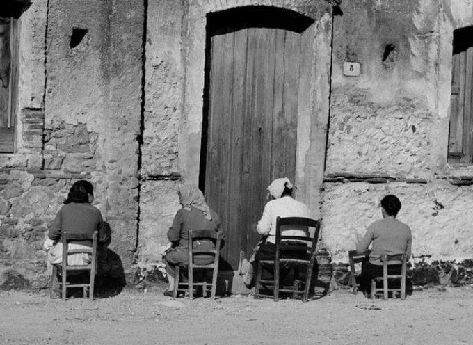 Nelle ore più soleggiate di fine inverno, la domenica le donne si sedevano all'aperto
