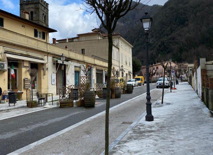 Seravezza – Lavori pubblici: installate le nuove griglie in ghisa alle aiuole di via Roma e piazza Carducci