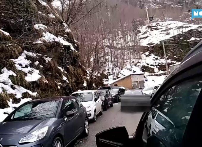 Isola Santa, nel weekend pericolo sulla provinciale: troppe auto parcheggiate lungo la strada