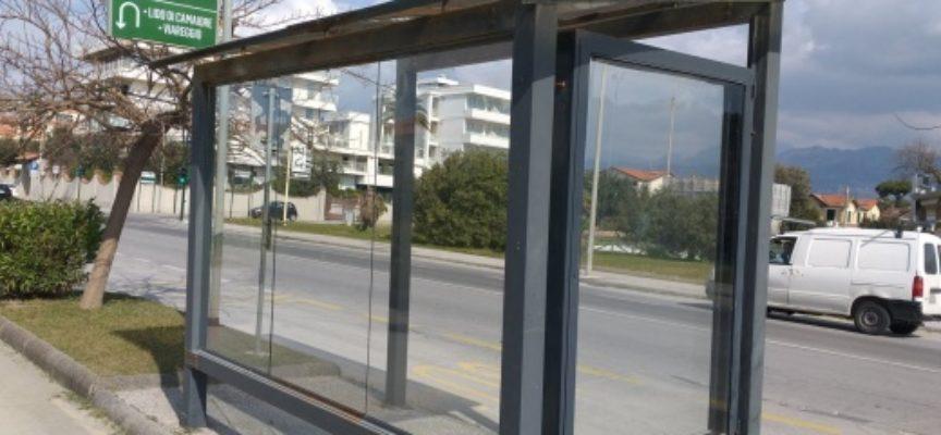Decoro: restyling per le pensiline degli autobus, sostituiti i vetri danneggiati o rotti