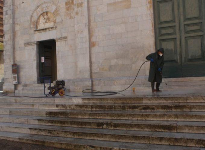 Decoro: pulite e sanificate scalinate della Chiesa di S. Agostino e del Sagrato del Duomo
