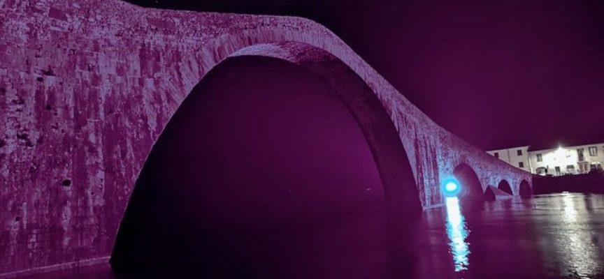 Il Ponte del Diavolo colorato per la giornata mondiale dei disturbi alimentari.