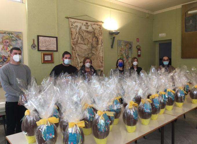 lo chef Cristoforo Trapani stamani in Municipio per consegnare le uova pasquali destinate alle famiglie in difficoltà
