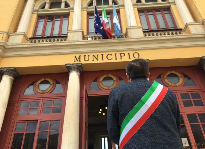 Pietrasanta – bandiere a lutto, municipio illuminato e minuto di silenzio