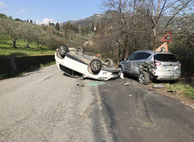 Incidente con ribaltamento a Pescia. Interviene la polizia municipale, lievi ferite