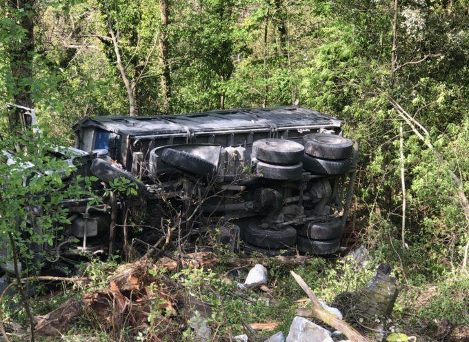 Stazzema – Camion esce fuori strada e precipita nel burrone in località Retignano