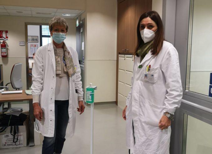 Lucca: aste porta gel donate dalla farmacia Pachetti
