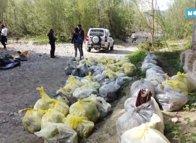 I volontari raccongono 160 sacchi di rifiuti sul fiume