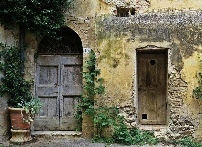 Vecchie porte e portoni su cui il passare del tempo ha lasciato un fascino impagabile,