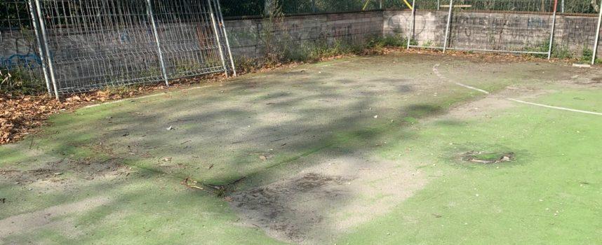 Vandali devastano il campetto sportivo nel parco di Valchiusa