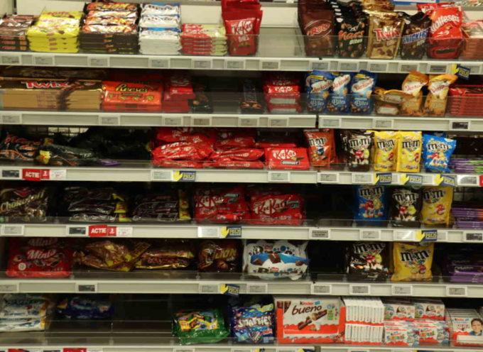 """KitKat, Smarties, Lion: Nestlé ti sta """"ingannando"""" con confezioni più piccole (ma costi aumentati fino al 25%)"""